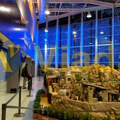 Fachada acristalada decorada centro comercial