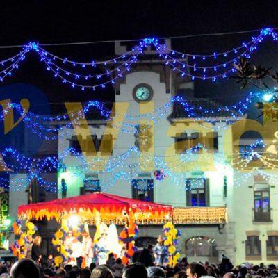 Vive Navidad decorando calles guirnaldas triple arcos