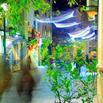 Calle peatonal con red de luz